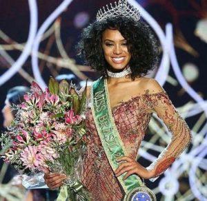 Miss Brasil encantou com os seus fios cacheados