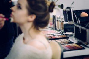 Como disfarçar as marcas de acne com maquiagem profissional